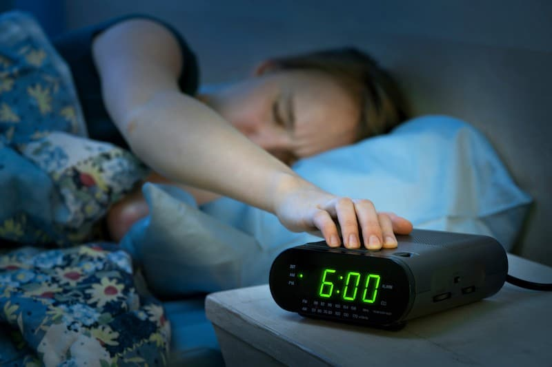 Bad morning habits to quit- hitting snooze button